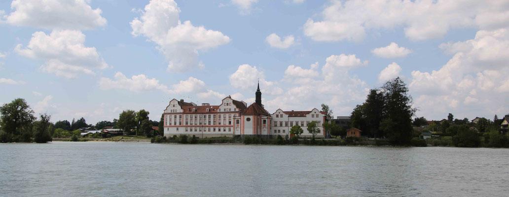 Kloster Neuhaus auf bayerischer Seite. Früher ein Wasserschloss, heute eine Schule.