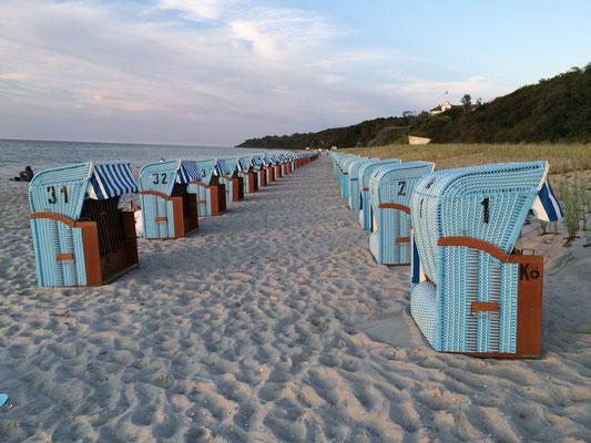 Der lange Sandstrand mit Strandkörben