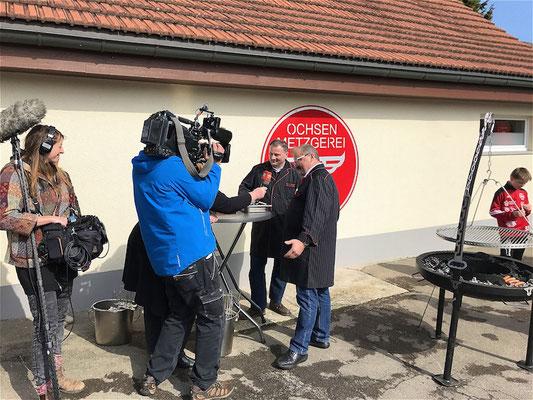 Erich Wattinger und Andreas Schär geben Auskunft über die Apfelwürste.
