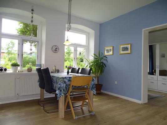 Das Wohnzimmer mit Blick in den Garten.