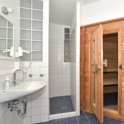 Das Bad mit Münzsauna.