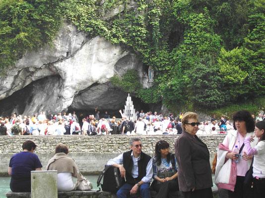 Blick auf die Grotte vom anderen Ufer des Gave
