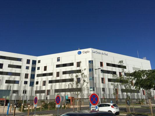 arrivée en chirurgie ambulatoire : entrée à droite du bâtiment blanc de la Clinique Croix du Sud