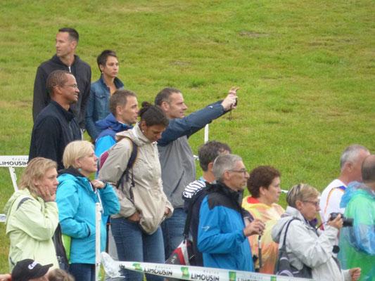 Les supporters bravent la pluie.