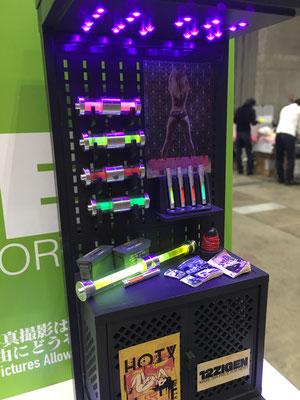 WF2016W展示 ブラックライト照射装置。上にユニバーサル基盤とLED24個。下の箱に電池ボックスが入っています