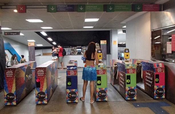 カラフルな地下鉄改札
