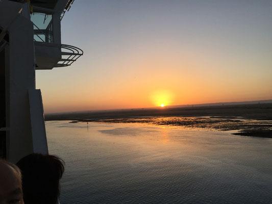スエズ運河入り口は朝陽と共に