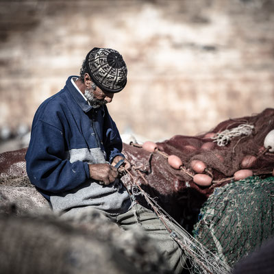 Essaouira fishermen fitting the net