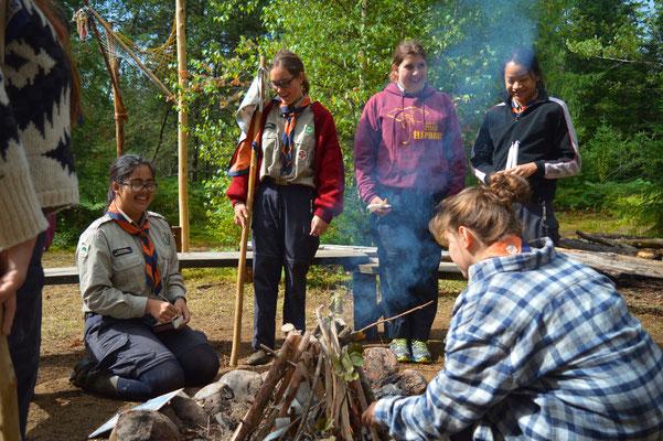 Moment autour du feu en camp d'été