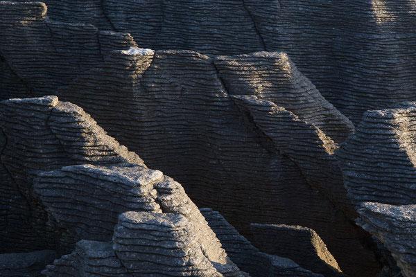 Entstanden sind die Pancake Rocks bereits vor ca. 30 Millionen Jahren. Abgestorbene Meerestiere und Pflanzen sinken auf den Boden und versteinern. Durch den Druck des Wassers sind die Schichten mit der Zeit versteinert.