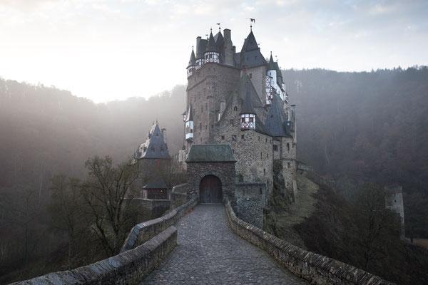 """Urlaub in Deutschland: Umgeben von Bäumen und dem Fluss """"Elz"""" liegt diese pittoreske Burg. Die Burg Eltz zählt meiner Meinung nach zu den schönsten Burgen Deutschlands und ist auf jeden Fall einen Ausflug wert. (c) Salomé Weber"""