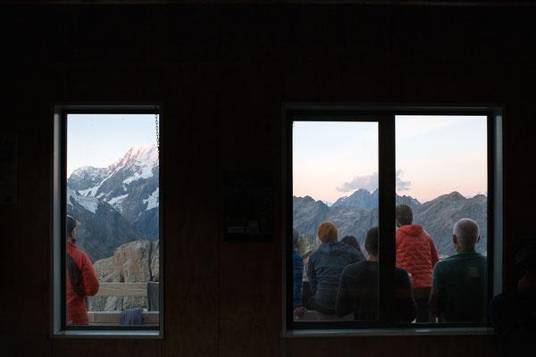 Auf 1800 Metern Höhe ist die Aussicht so grandios, dass es fast zu schade ist, drinnen zu bleiben.