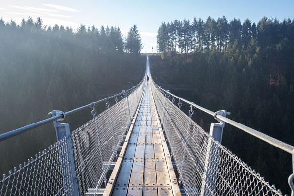 """Urlaub in Deutschland: Die Hängeseilbrücke Geierlay ist die längste Hängeseilbrücke in Deutschland. Einen Ausflug auf jeden Fall mit einer Wanderung auf dem """"Saar-Hunsrück-Steig"""" verbinden. (c) Salomé Weber"""
