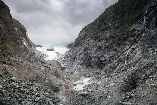 Anhand von Infotafeln kann man den Rückgang des Franz Josef Gletschers nachvollziehen. Eine beeindruckende und gleichzeitig erschreckende Entwicklung.