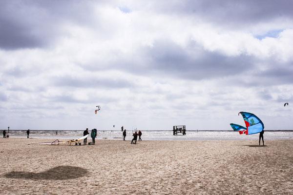 Urlaub in Deutschland: St. Peter Ording ist ein beliebter Ort für Kitesurfer. Aber auch Strandliebhaber kommen bei dem feinsandigen naturbelassenem Strand auf ihre Kosten. (c) Salomé Weber