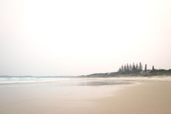 Von den Buschfeuern verschleierter Himmel im Pippi Beach in Yamba, Australien (c) Salomé Weber