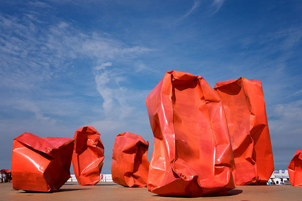 form-plastiken-rot-zerknautscht
