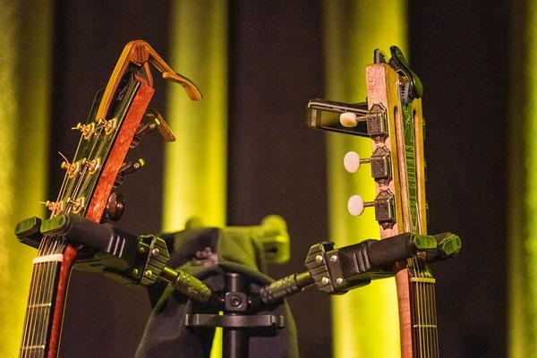 konzert-bremervoerde-zwischen-den-stuehlen--kulturbuehne-im-moebelmarkt-marie-luise-gunst-gitarrenhals