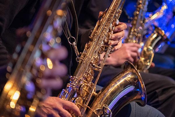 konzert-bremervoerde-zwischen-den-stuehlen-kulturbuehne-im-Moebelmarkt-fettes-blech-saxophone-detailansicht