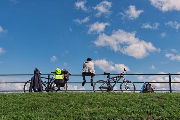 Radfahrer macht Pause auf einem Zaun in Veere Niederlande