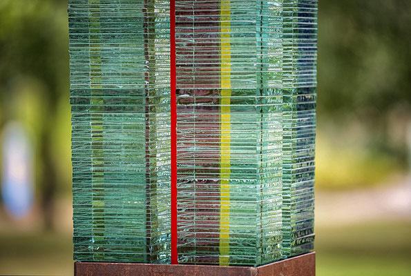 Glas-rote Linie-grüner Kubus