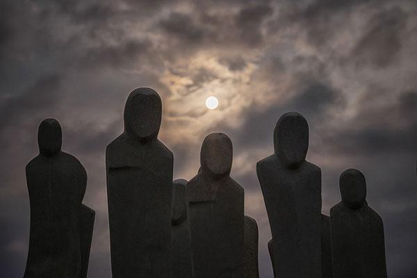 Fuenf Statuen im Gegenlicht