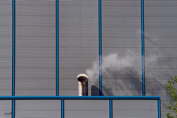 form-fassade-alluminium-schornstein-mit-rauch-baum
