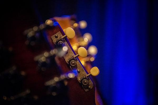 konzert-bremervoerde-zwischen-den-stuehlen--kulturbuehne-im-moebelmarkt-jaimi-faulkner-gitarrenhals