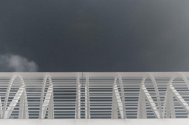 form-dach-weiss-rund-vor-himmel-dunkel-mit-wolke