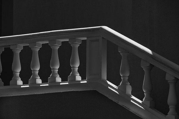 form-treppe-mallorca-schwarzweiss-licht-schatten