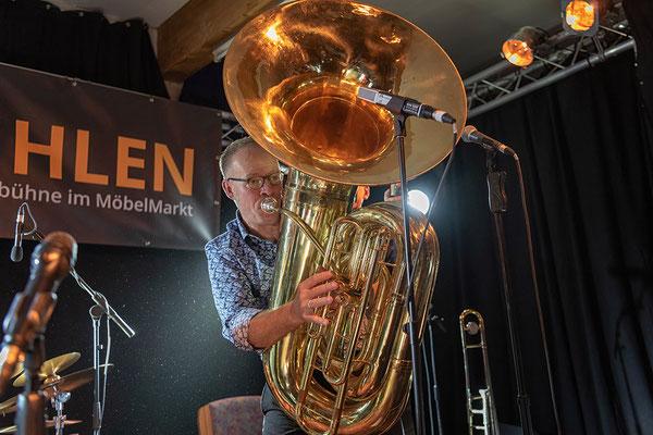 konzert-bremervoerde-zwischen-den-stuehlen-kulturbuehne-im-Moebelmarkt-jazz-lips-recording-tuba