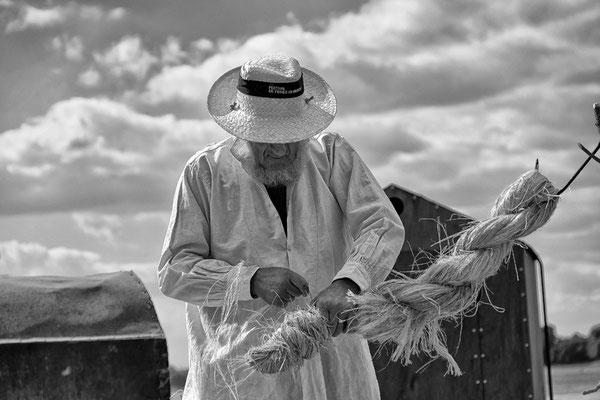 Handwerker macht Tau aus Hanf an der Loire in Frankreich