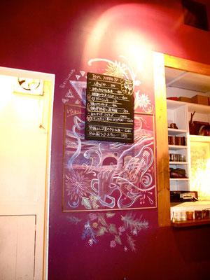チョークで壁画。Chalk paint on Bar wall.