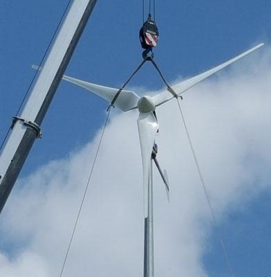 Montage eine Kleinwindkraftanlage mit einem Kran