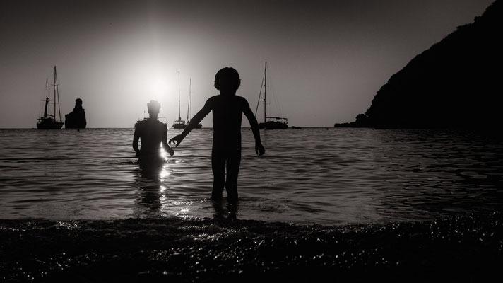 streetphotography - silhouette playa de benirras ibiza