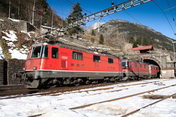 Re 4/4, 11354, Wassen (17.12.2013) ©pannerrail.com