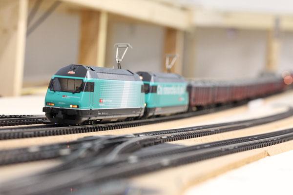 """Doppeltraktion SBB Re 460 """"Cargo"""" im Versuchsanstrich mit langem Güterzug (Hersteller Hag)"""
