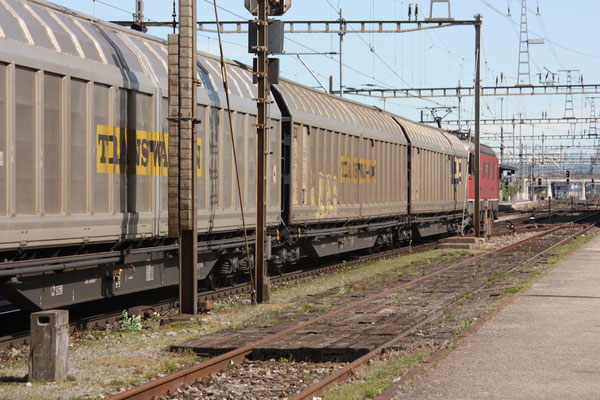 """Re 6/6 11677 """"Neuhausen am Rheinfall"""", Killwangen (06.04.2011) ©pannerrail.com"""