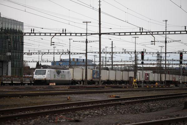 """BLS Re 465 015-6, """"Cat's Eyel"""" operated by railCare, Lok-Taufname """"La Vue des Alpes"""", Rotkreuz (22.02.2014) ©pannerrail.com"""