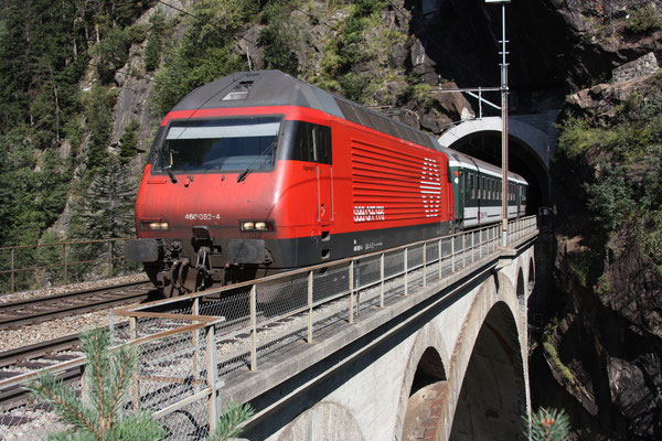 "Re 460 052-4 ""Eigenamt"", Obere Meienreussbrücke Wassen, 10.09.2011 (©pannerrail.com)"
