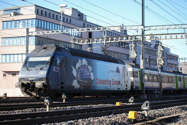 """BLS Re 465 001-6, """"Simplon"""" mit Aufschrift """"Connecting Europe"""", Gümligen (23.12.2013) ©pannerrail.com"""