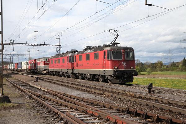 """Re 6/6 11677 """"Neuhausen am Rheinfall"""", Oberrüti (24.04.2012) ©pannerrail.com"""
