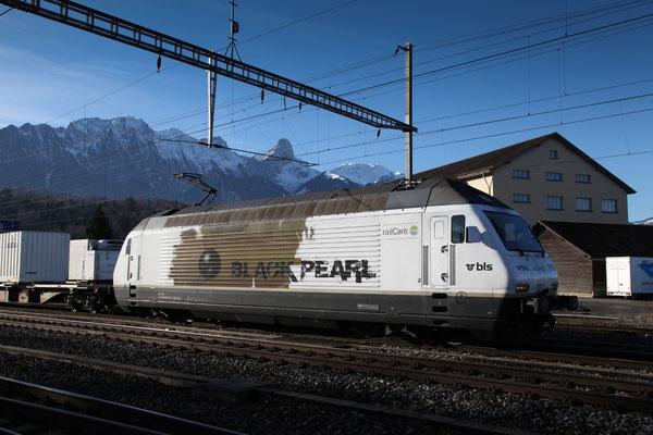 "BLS Re 465 016-4, ""Black Pearl"" operated by railCare, Lok-Taufname ""Centovalli"", Gwatt (23.12.2013) ©pannerrail.com"