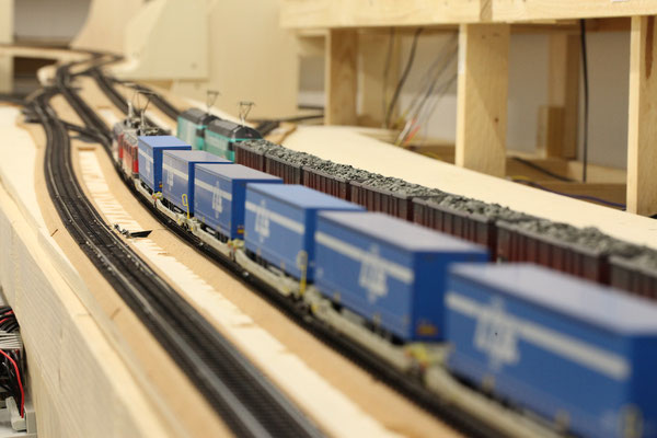 Güterzüge abfahrbereit im Bahnhof