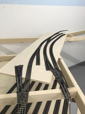 Ausfahrt aus dem Bahnhof, Gleise werden probeverlegt