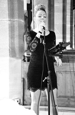 Singing DJane