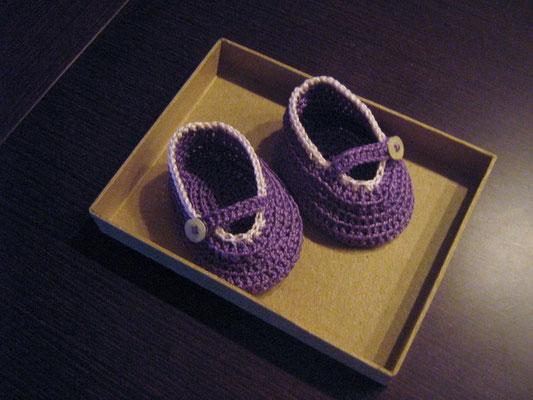 Zapatitos de ganchillo lilas con PETRA de DMC.