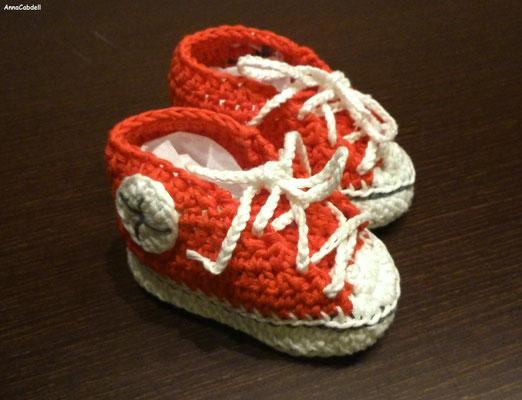 Bambas para recién nacido (9cm) rojas con NATURA de DMC.