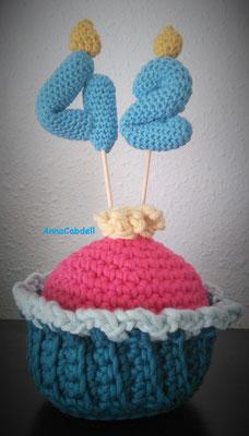 Cupcake grande con velas para cumpleaños.