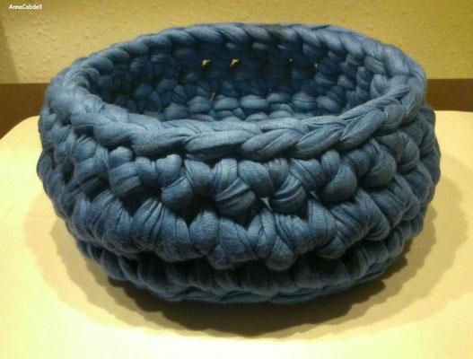 Cesta de trapillo redonda de color azul con TRAP-ART.